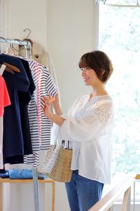 ショッピングをする女性の写真素材 [FYI02824745]