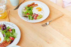 ダイニングテーブルの上の2人分の朝食セットの写真素材 [FYI02824746]
