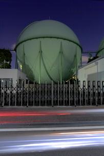 ガスタンクの夜の写真素材 [FYI02824771]