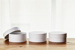 テーブル上の白い丸い箱の写真素材 [FYI02824779]