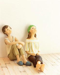 部屋で寛ぐ二人の女性 クラフトの写真素材 [FYI02824785]
