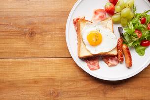 木天板の上の朝食プレートの写真素材 [FYI02824789]