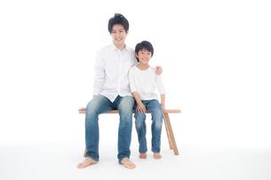 父と息子のポートレートの写真素材 [FYI02824794]
