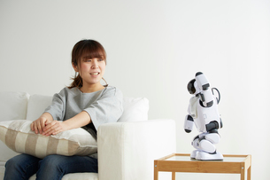 ロボットと会話する女性の写真素材 [FYI02824814]