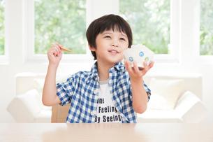 茶碗いっぱいのご飯を食べる男の子の写真素材 [FYI02824825]