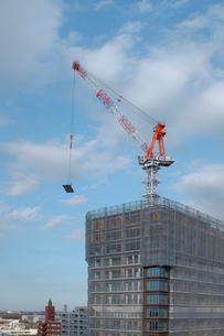 タワークレーンと建築中のビルの写真素材 [FYI02824827]
