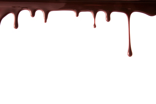 上から垂れ落ちる溶けたチョコレートの写真素材 [FYI02824850]