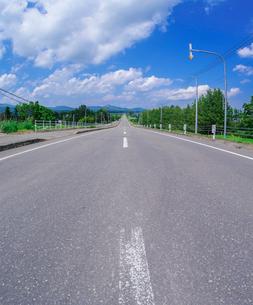 北海道 十勝平野 点景  青空と雲と直線道路 の写真素材 [FYI02824865]