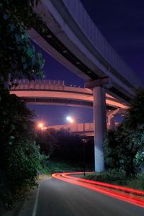 川口ジャンクションと側道の夜景の写真素材 [FYI02824871]