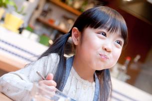 夕食を楽しむ女の子の写真素材 [FYI02824877]