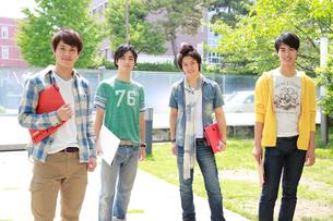 キャンパスで微笑む4人の大学生の写真素材 [FYI02824919]
