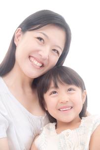 母と娘のポートレートの写真素材 [FYI02824933]