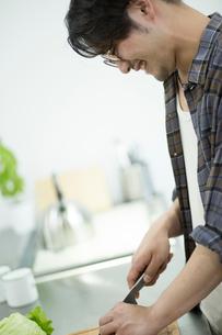 料理をする男性の写真素材 [FYI02824937]
