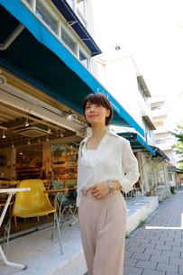 街中を歩く若い女性の写真素材 [FYI02824941]