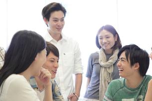 ゼミ教室でディスカッションする複数の男女大学生の写真素材 [FYI02824946]