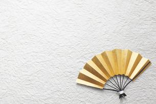 白い和紙上の金の扇の写真素材 [FYI02824951]