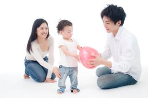両親と風船で遊ぶ赤ちゃんの写真素材 [FYI02824952]