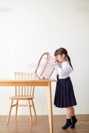 テーブルでランドセルを探る女の子の写真素材 [FYI02824978]