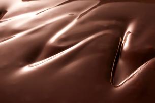 ジグザグ跡がついた溶けたチョコレートの写真素材 [FYI02824986]