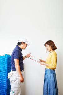 引っ越し業者のスタッフとお客様の写真素材 [FYI02824989]