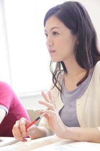 講義を受ける女子大学生の写真素材 [FYI02824992]