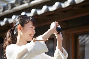 写真を撮ろうとする笑顔の女性の写真素材 [FYI02824994]