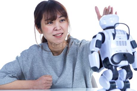 ミニロボットとおしゃべりする女性の写真素材 [FYI02825002]
