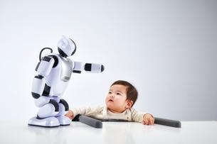 赤ちゃんを見守るロボットの写真素材 [FYI02825010]