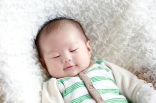 男の赤ちゃんの寝顔の写真素材 [FYI02825011]