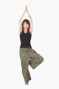 ヨガをする女性のポリゴンのイラスト素材 [FYI02825012]
