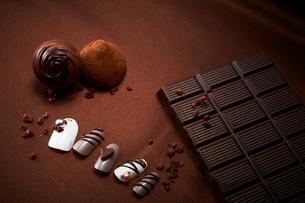 茶色い布の上に置いたチョコレートと付け爪の写真素材 [FYI02825024]