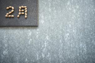 コンクリ調の背景と大豆で書かれた2月の写真素材 [FYI02825025]