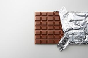 アルミの包みを少し剥いた状態の巨大板チョコの写真素材 [FYI02825030]
