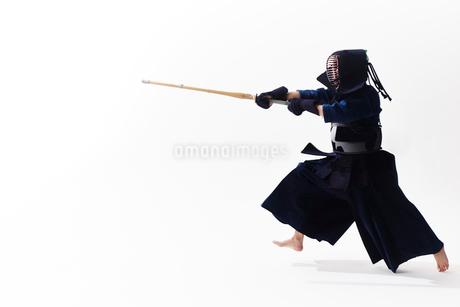 竹刀を振り下ろす道着を着た男性の写真素材 [FYI02825031]