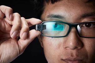 スマートグラスをかけている男性の写真素材 [FYI02825032]