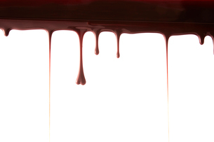 上から垂れ落ちる溶けたチョコレートの写真素材 [FYI02825040]