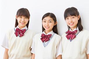 3人の制服を着る女子中学生のポートレートの写真素材 [FYI02825046]