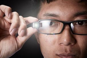 スマートグラスをかけている男性の写真素材 [FYI02825060]