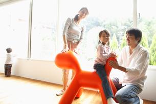 遊具で遊ぶ家族の写真素材 [FYI02825065]