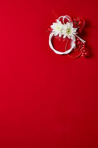 赤い背景に飾られた正月飾りの写真素材 [FYI02825105]