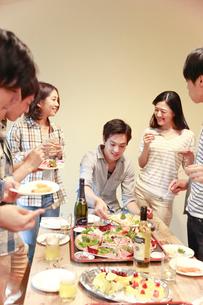 若者ホームパーティイメージの写真素材 [FYI02825116]