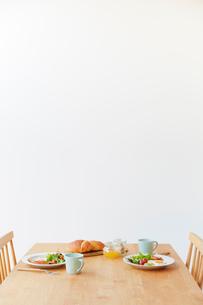 ダイニングテーブルの上の2人分の朝食セットの写真素材 [FYI02825119]