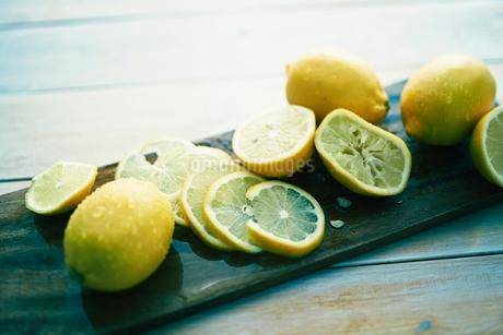 テーブルの上のカットされたレモンの写真素材 [FYI02825142]