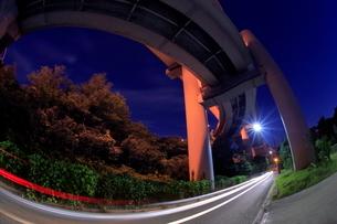 川口ジャンクションと側道の夜景の写真素材 [FYI02825205]