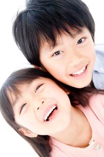 幼い兄妹ポートレートの写真素材 [FYI02825238]