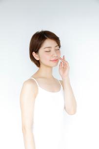 白いタンクトップを着た女性の写真素材 [FYI02825255]
