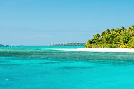 エメラルドグリーンの海と小島の砂浜の写真素材 [FYI02825331]