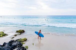 サーフィンをする人々の写真素材 [FYI02825341]
