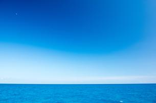 水平線と青空の写真素材 [FYI02825349]
