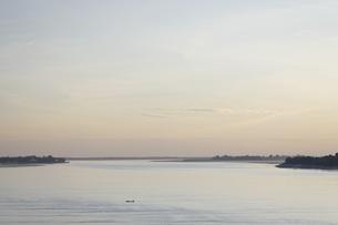 夕暮れの河の写真素材 [FYI02825353]